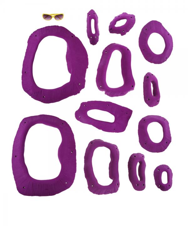 Zestaw dwunastu chwytów wspinaczkowych Apocalyptic w kształcie owalnych dziur. Widok rozłożonych chwytów.