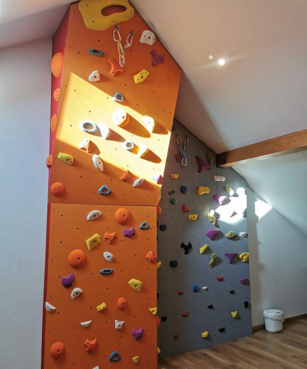 Ścianka wspinaczkowa dla początkujących zbudowana przez BatHolds.